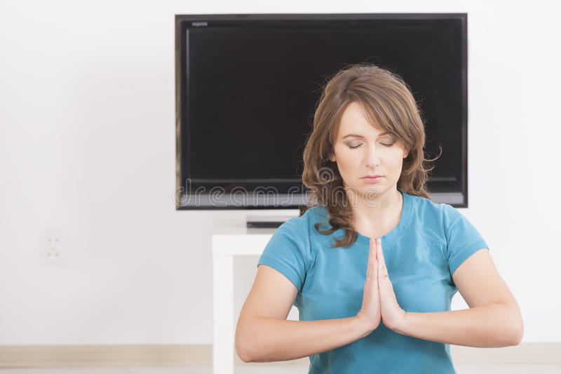 Frau exercisng zu Hause lizenzfreies stockbild