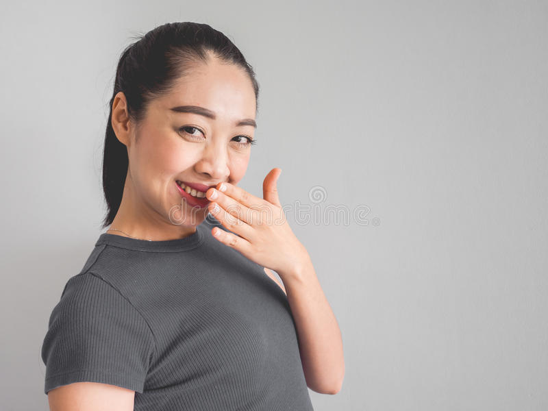 Frau fühlt sich mit Lächeln glücklich lizenzfreie stockfotografie