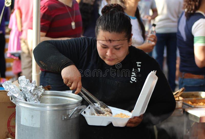 Frau füllt Carry Out Box am mexikanischen Straßenfest in Chicago lizenzfreie stockfotografie