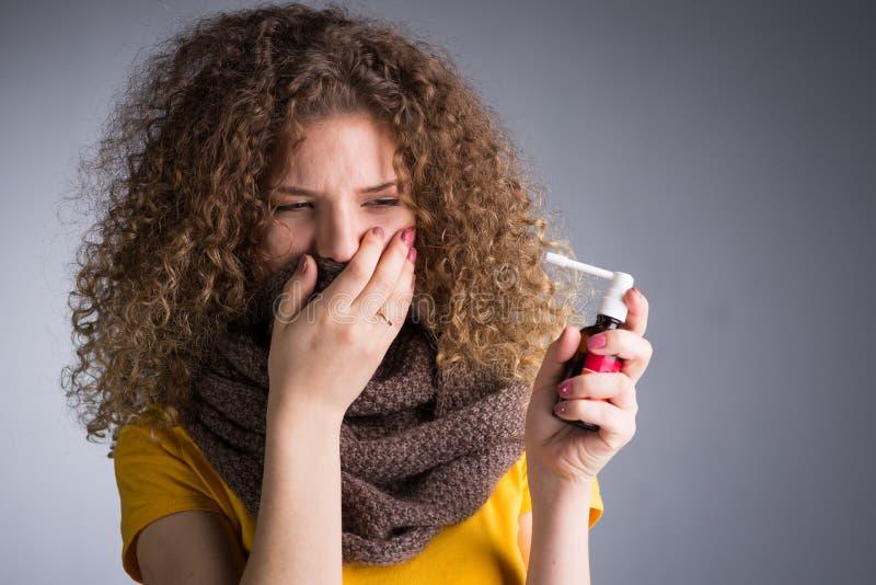 Frau fing eine Kälte, ihre entflammte Kehle lizenzfreie stockfotografie