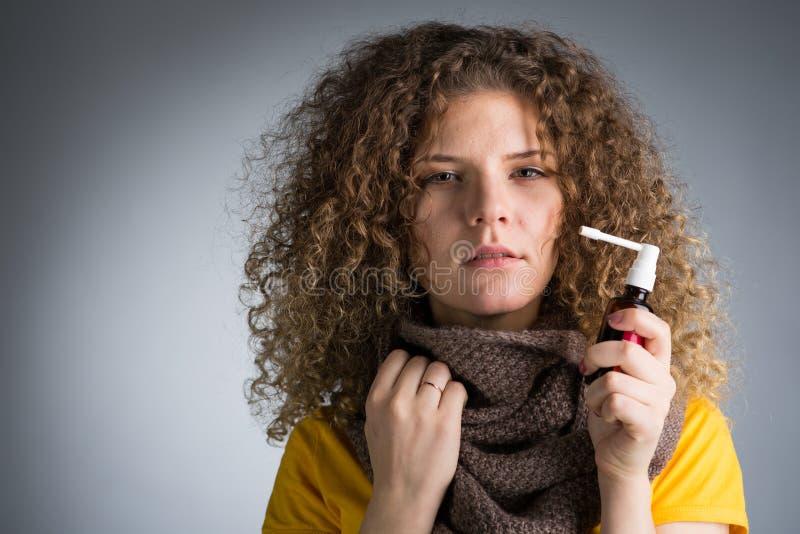 Frau fing eine Kälte, ihre entflammte Kehle stockfoto
