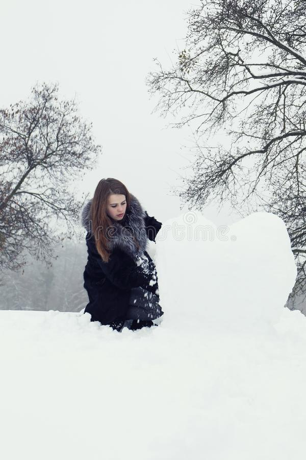 Frau formt ein großes Herz stockfoto