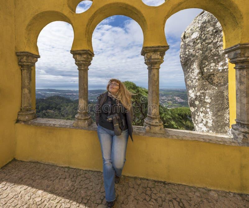 Frau-Fotograf an den Bögen von Pena-Palast stockfotos