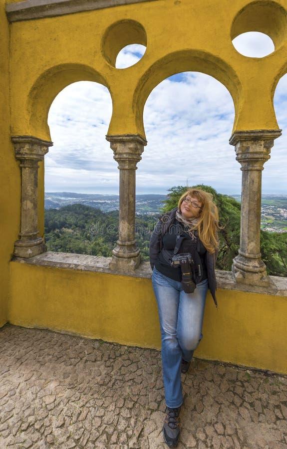 Frau-Fotograf an den Bögen von Pena-Palast lizenzfreie stockbilder