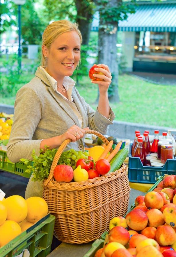 Frau am Fruchtmarkt stockfotografie