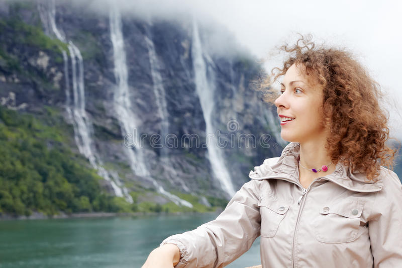 Frau gegen den sieben Schwester-Wasserfall lizenzfreie stockbilder