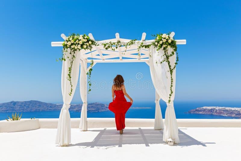Frau gegen Hintergrund von Hochzeitsdekorationen lizenzfreie stockfotografie