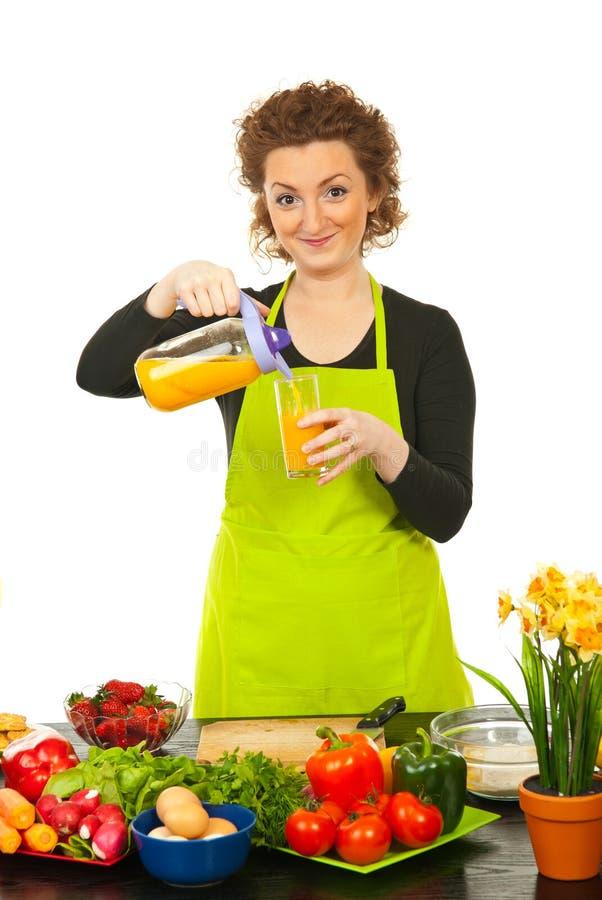 Frau Gegossener Orangensaft Im Glas Stockfotos