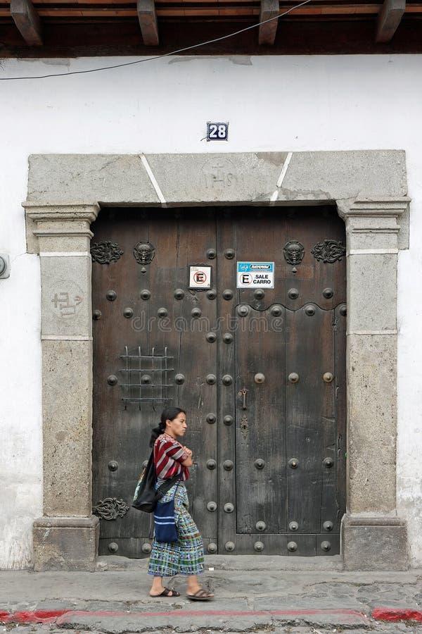 Frau geht hinter antiken Eingang in Antigua, Guatemala stockfoto