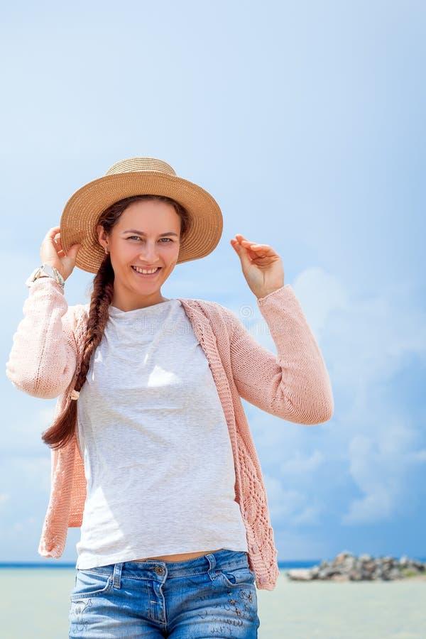Frau geht um Meer lizenzfreies stockbild