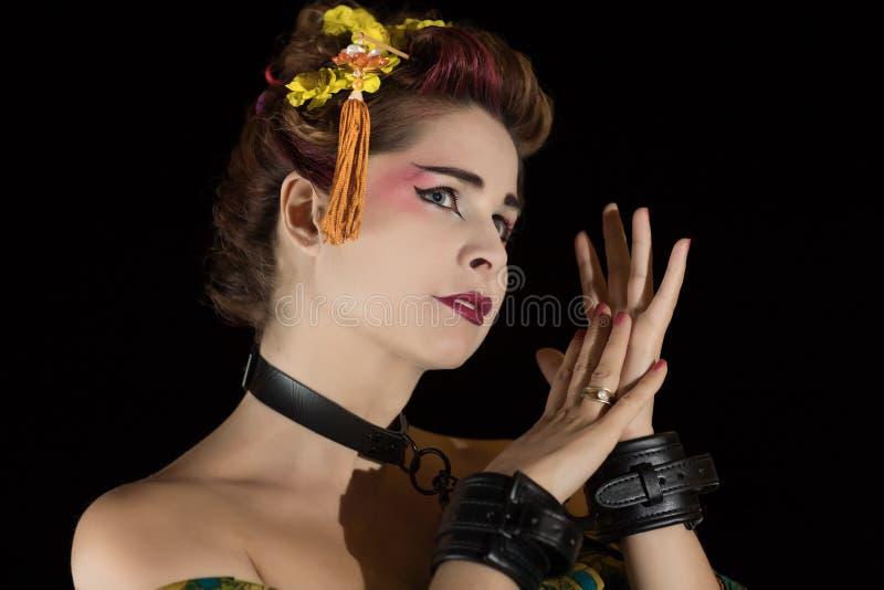 Frau in Geisha kimono in Handschellen und Scherz stockfotografie