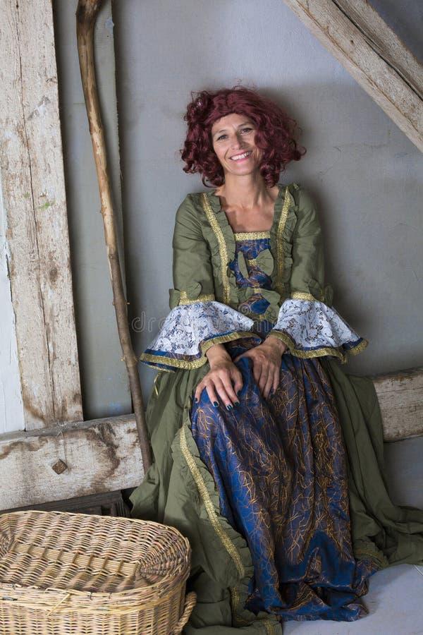 Frau gekleidet als Hexe stockfotografie