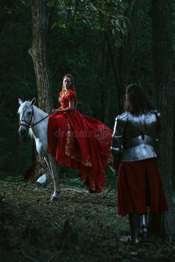 Frau gekleidet im mittelalterlichen Kleid stockfotografie