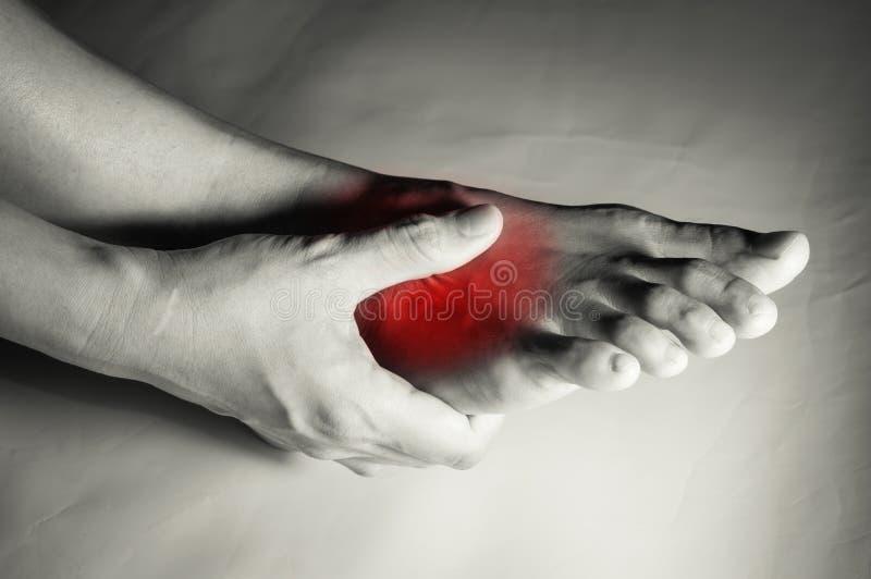 Frau gelitten unter den Fußschmerz stockfotografie