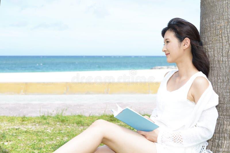 Frau genießen die Sonne lizenzfreies stockbild