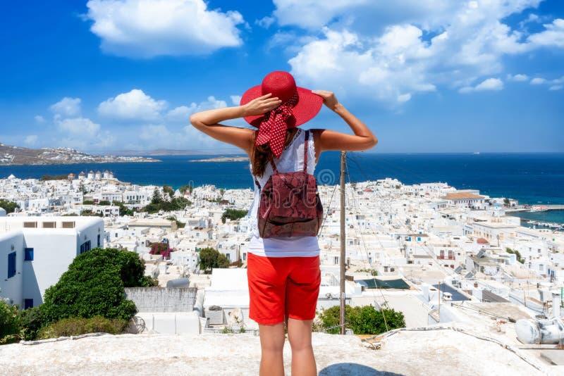 Frau genießt den Panoramablick zur Stadt von Mykonos-Insel, die Kykladen, Griechenland stockfotografie