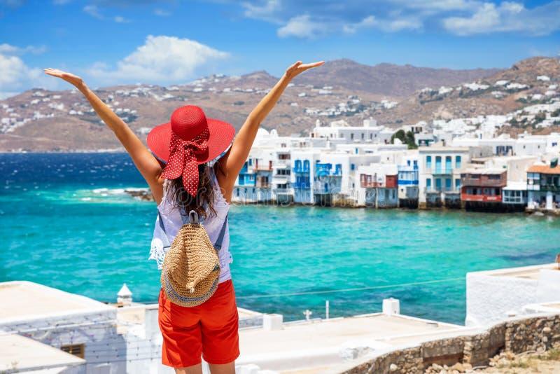 Frau genießt die Ansicht zum wenigen Venedig-Bezirk an Mykonos-Stadt, Griechenland stockfotografie