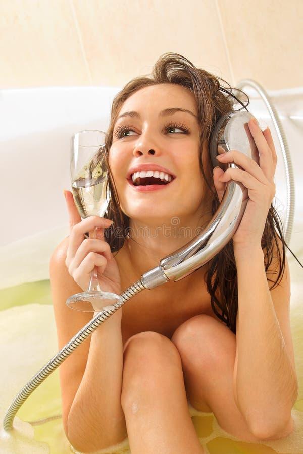 Frau genießt ein Bad stockfotografie