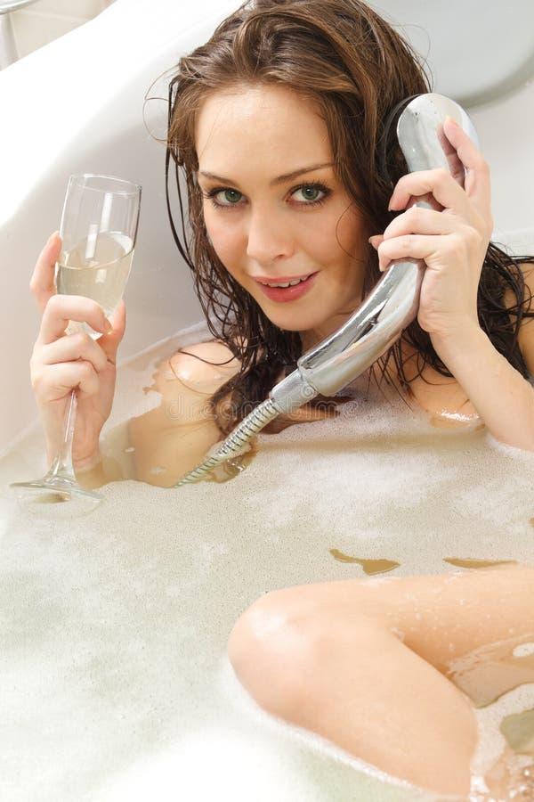 Frau genießt ein Bad lizenzfreies stockfoto