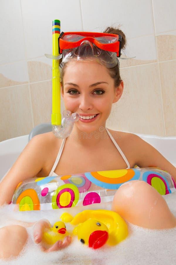Frau genießt ein Bad in der Schablone mit Snorkel. lizenzfreies stockbild