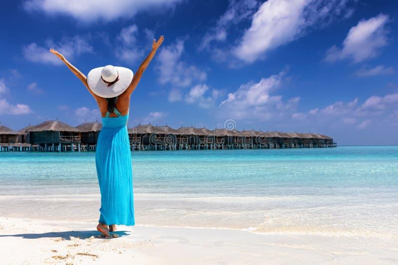Frau genießt ihre tropischen Strandferien auf den Malediven-Inseln stockbild