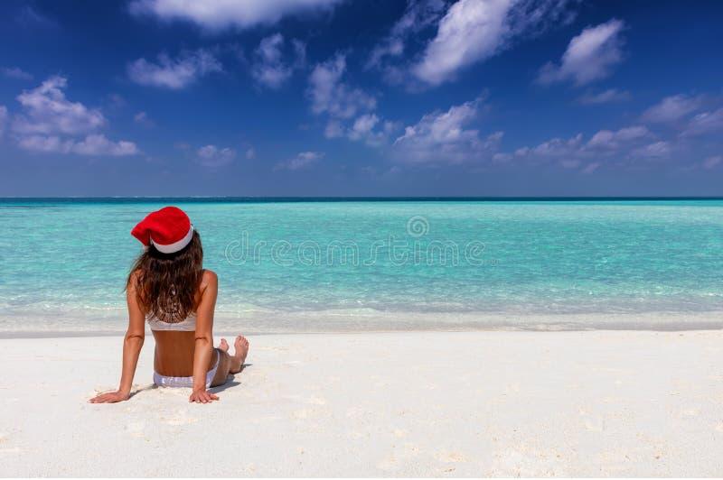 Frau genießt ihre Winterferienzeit auf einem tropischen Strand lizenzfreies stockbild