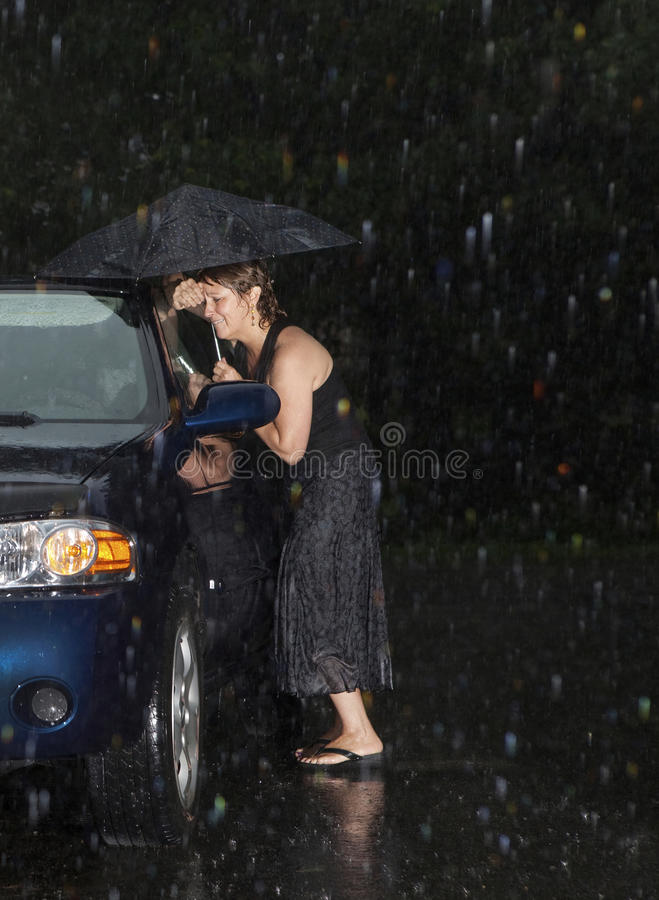 Frau gesperrt aus ihrem Auto heraus stockfotos