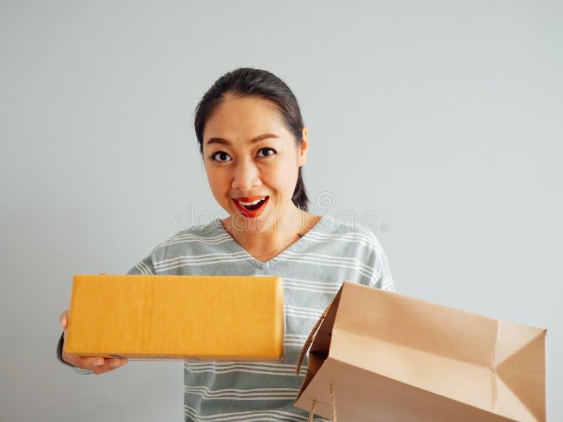 Frau glaubt glücklich und mit dem on-line purchursed überrascht lizenzfreies stockfoto