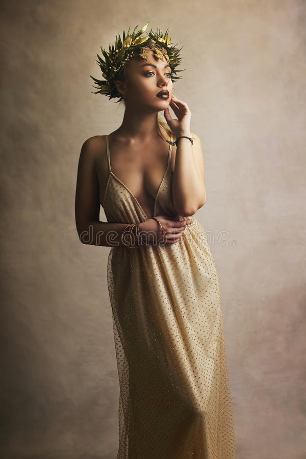 Frau in griechischem Griechenland-goddes Kleid stockfotografie