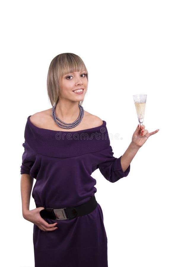 Frau hält ein Glas Champagner an lizenzfreies stockfoto