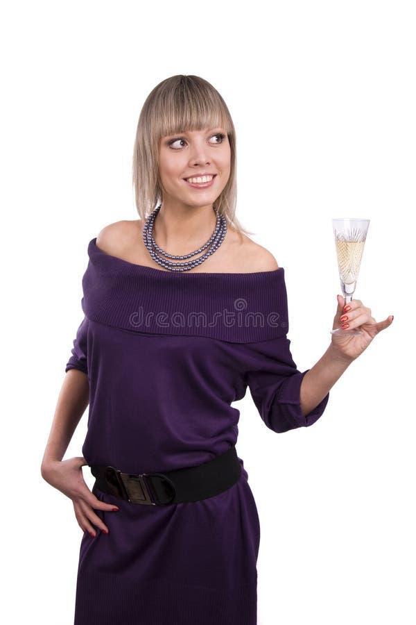 Frau hält ein Glas Champagner an lizenzfreie stockfotografie