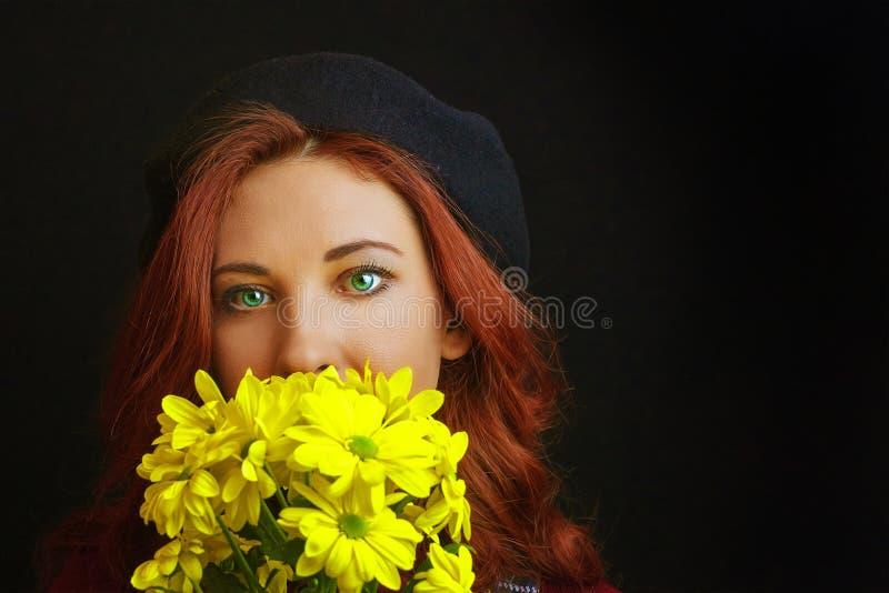 Frau hält eine gelbe Chrysantheme stockbilder