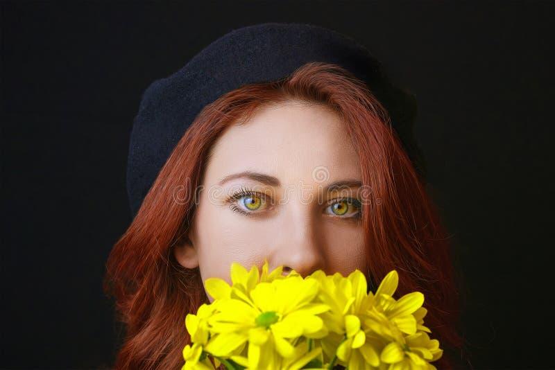 Frau hält eine gelbe Chrysantheme lizenzfreies stockfoto