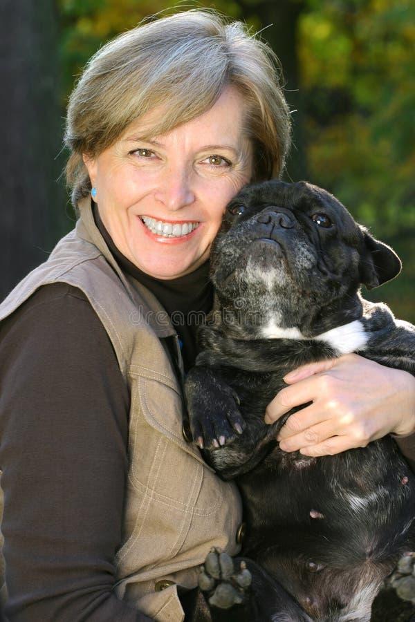 Frau hält einen Hund an lizenzfreies stockbild