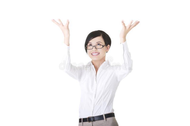 Frau hält etwas abstrakt über ihrem Kopf. lizenzfreies stockfoto