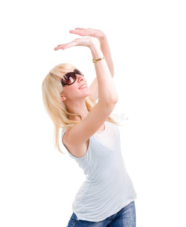 Frau hält etwas abstrakt über ihrem Kopf lizenzfreie stockfotos