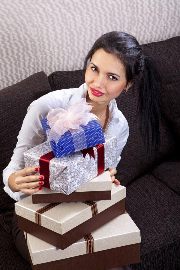 Frau hält Feiertagskästen lizenzfreie stockbilder