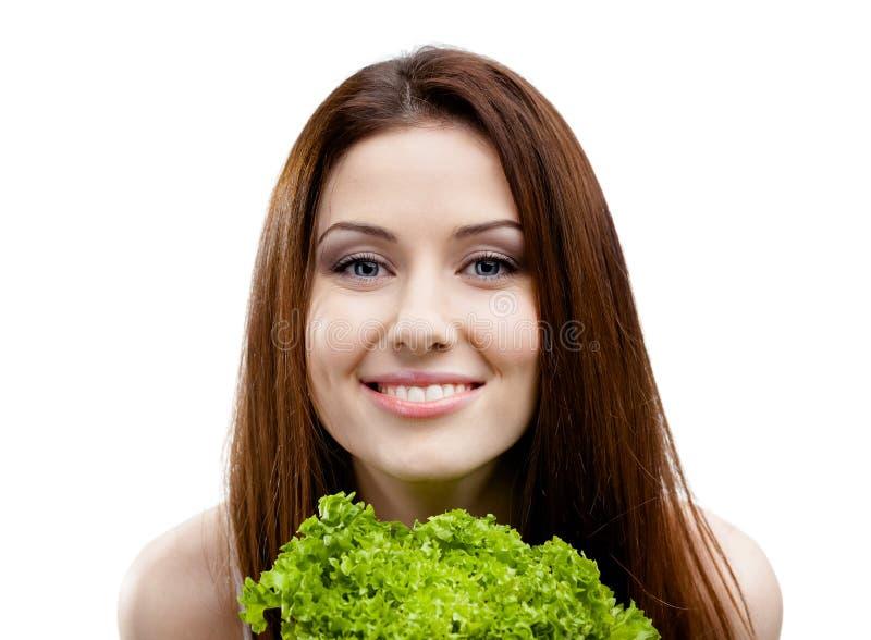 Frau hält frische Kopfsalatblätter an stockfotos