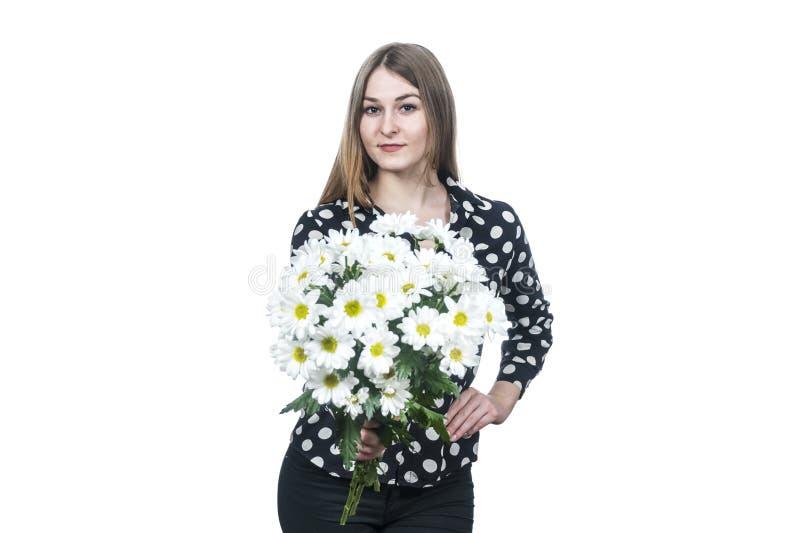 Frau hält heraus einen Blumenstrauß von Blumen lizenzfreies stockfoto