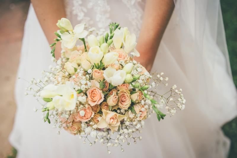 Frau hält schönen Hochzeitsblumenstrauß in ihren Händen stockfotografie