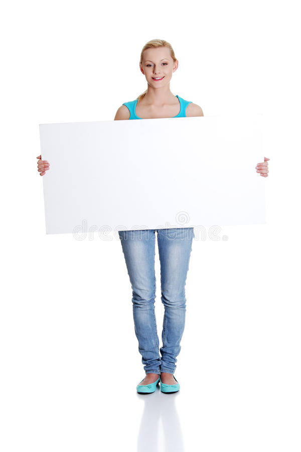 Frau hält unbelegtes whiteboard Zeichen an stockfotografie