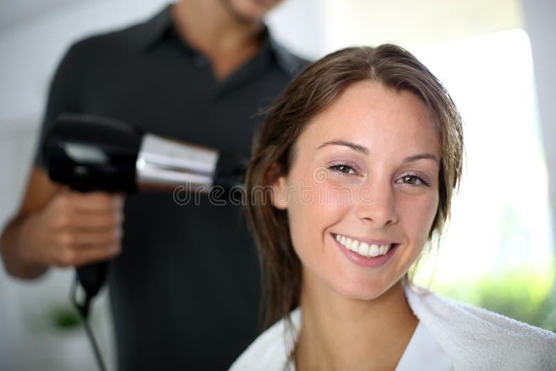 Frau am Haarsalon stockbild