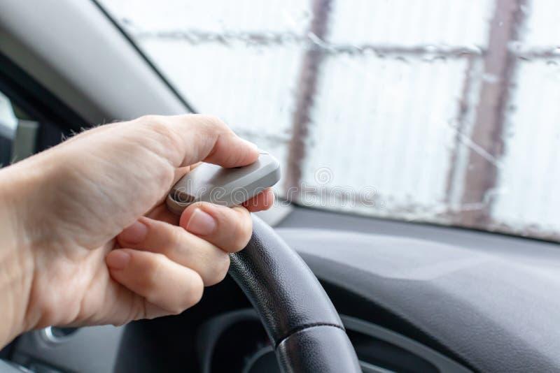 Frau Hand im Auto, Fahrer mit Fernbedienung, um das automatische Tor zu öffnen, während Sie das Haus verlassen, Sicherheitssystem stockbild