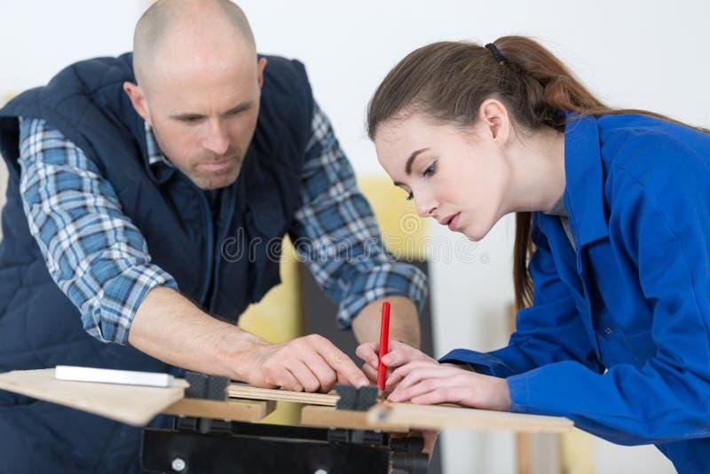 Frau handelt die Arbeitskraft, die Position mit Bleistift macht stockbilder