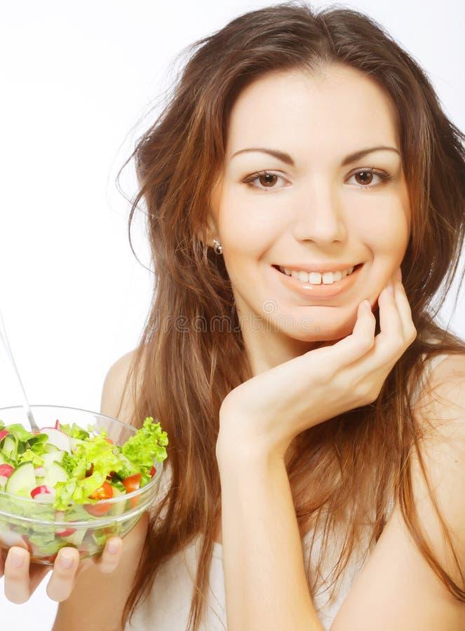 Frau hat Frühstückssalat vom Frischgemüse stockfotos