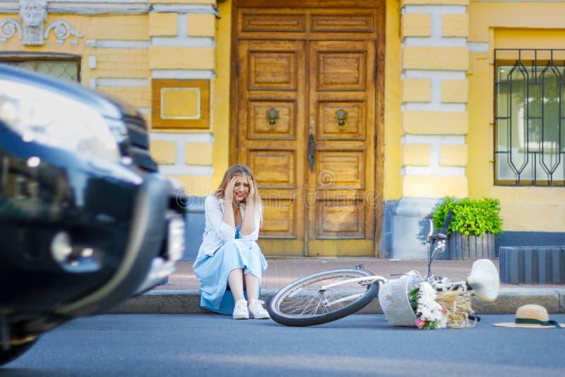 Frau hatte Unfall beim Fahren auf Fahrrad lizenzfreie stockbilder