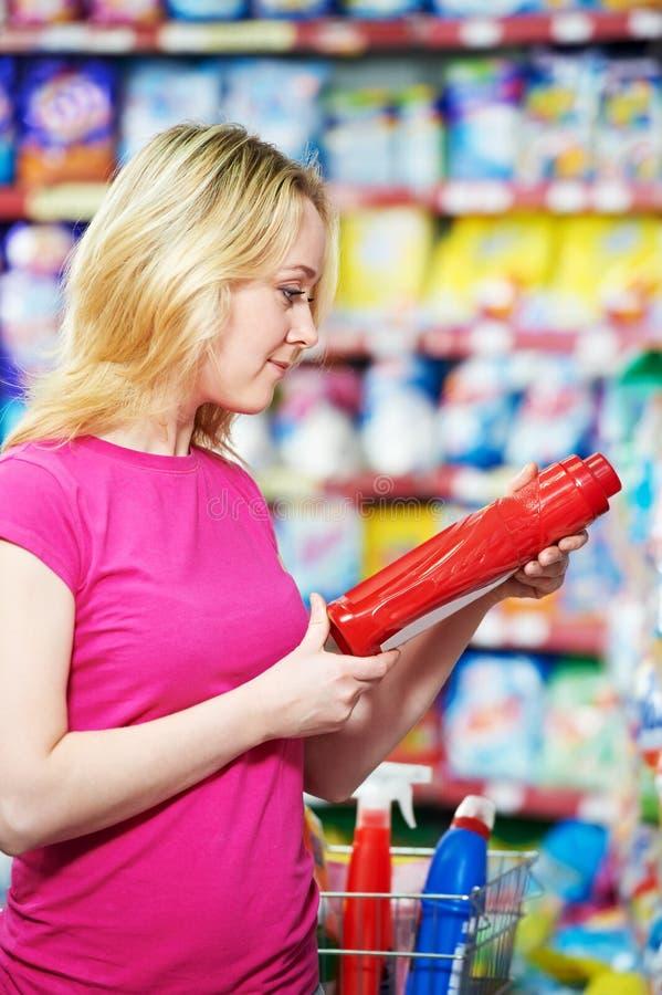 Frau am Haushaltschemie-Einkaufensupermarkt stockfotografie