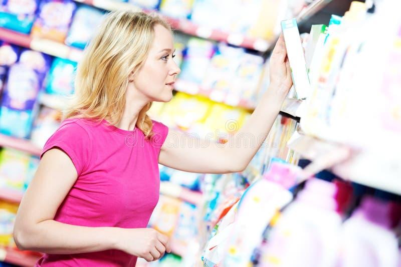 Frau am Haushaltschemieeinkaufen stockfoto