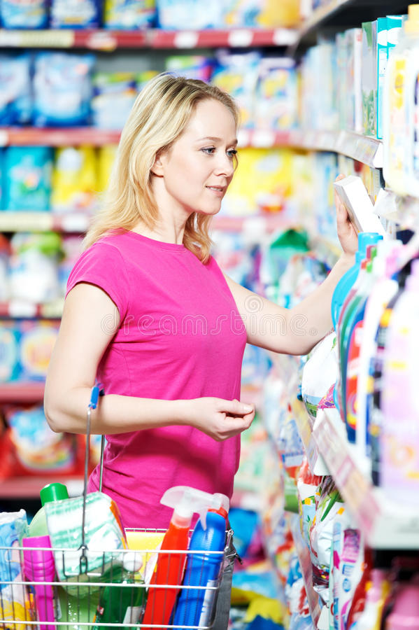 Frau am Haushaltschemieeinkaufen lizenzfreie stockfotografie