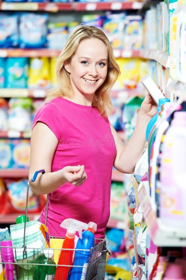 Frau am Haushaltschemieeinkaufen lizenzfreie stockbilder